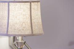 一个台灯的特写镜头在客厅 免版税库存图片