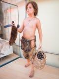 一个史前男孩的现实雕象在科学博物馆我 免版税库存照片