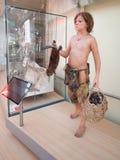 一个史前男孩的现实雕象在科学博物馆我 图库摄影