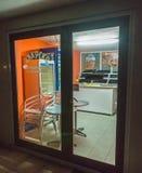 一个吃饭的客人的夜陈列室在保加利亚波摩莱 免版税库存照片