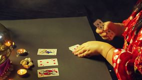 一个吉普赛人在烛光的算命交谊厅计划占卜的卡片在桌上 股票录像