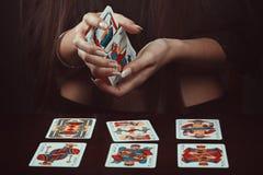一个吉普赛人的手有占卜用的纸牌的 库存照片