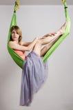一个吊床的女孩瑜伽的 免版税库存图片