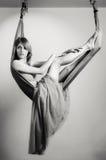 一个吊床的女孩瑜伽的 库存照片