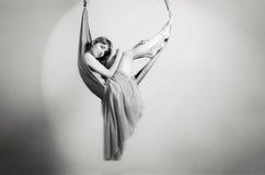 一个吊床的女孩瑜伽的 免版税库存照片