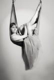 一个吊床的女孩瑜伽的 图库摄影