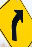 一个向右转的标志的特写镜头 免版税图库摄影