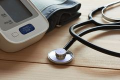 一个听诊器和一个血压计的特写镜头视图在木背景 库存图片