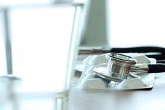 一个听诊器和药片的演播室宏指令与均匀浅DOF 免版税库存图片