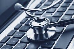 一个听诊器的特写镜头在膝上型计算机键盘的 库存图片