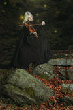 一个吸血鬼的黑暗的画象有小提琴的 库存照片