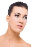 一个周道的姿势的美丽的妇女 免版税库存照片