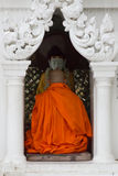 一个和尚在Shwedagon塔,仰光,缅甸祈祷 免版税库存图片