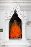 一个和尚在Shwedagon塔,仰光,缅甸祈祷 免版税图库摄影
