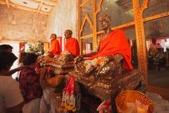一个和尚的弄干保存的雕象在Kho普吉岛,祈祷和尚的人们 库存图片