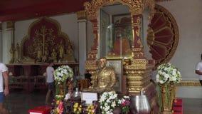 一个和尚Luang寺庙的在酸值苏梅岛的Wat Khunaram Pho Daeng的妈咪在泰国股票英尺长度录影 股票录像