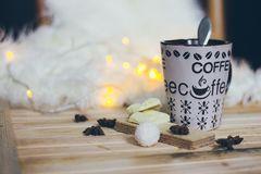 一个咖啡杯用在圣诞灯背景的可可粉 图库摄影