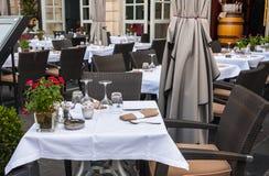 一个咖啡馆大阳台的街道视图与桌和椅子的在红葡萄酒 免版税图库摄影