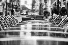 一个咖啡馆大阳台的街道视图与空的桌和椅子的 北京,中国黑白照片 图库摄影