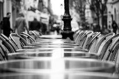 一个咖啡馆大阳台的街道视图与空的桌和椅子的 北京,中国黑白照片 库存照片