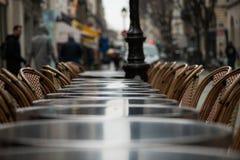一个咖啡馆大阳台的街道视图与空的桌和椅子的 库存图片