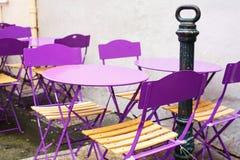 一个咖啡馆大阳台的街道视图与空的桌和椅子, Prov的 免版税库存照片
