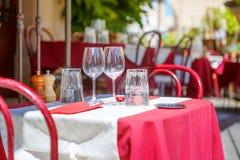一个咖啡馆大阳台的街道视图与空的桌和椅子, Prov的 库存图片