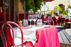 一个咖啡馆大阳台的街道视图与空的桌和椅子, Prov的 库存照片