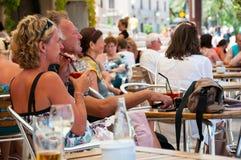 一个咖啡馆的人们在伯尔马de Majorca,西班牙 图库摄影