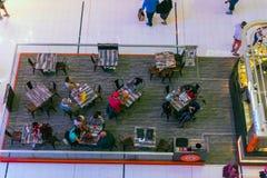 一个咖啡馆的人们在迪拜购物中心购物中心 免版税图库摄影