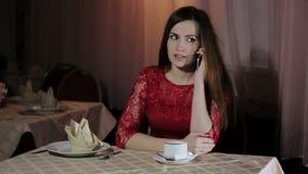 一个咖啡馆的女孩用咖啡 股票视频