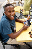 一个咖啡馆的愉快的年轻人与触摸屏幕片剂 库存照片