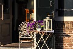 一个咖啡馆的椅子和桌在减速火箭的神色的与花卉装饰 库存照片