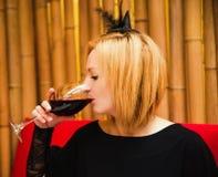 一个咖啡馆的美丽的年轻白肤金发的巫婆一个假日万圣夜 免版税图库摄影