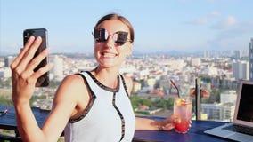 一个咖啡馆的Selfie可爱的女孩在屋顶有全景 股票视频