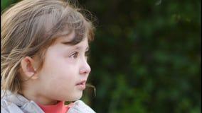 一个哀伤和哭泣的卷曲小女孩的画象 股票视频