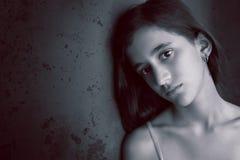 一个哀伤的十几岁的女孩的黑白画象 库存照片