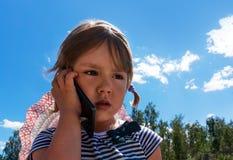 一个哀伤的卷曲小女孩的画象 免版税库存照片