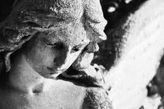 一个哀伤的天使的葡萄酒图象在一座公墓的反对backgroun 免版税库存图片