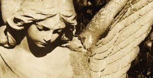 一个哀伤的天使的葡萄酒图象在公墓的 免版税库存图片