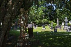 一个哀伤的天使的雕象在路易斯安那州的一座公墓 免版税库存图片
