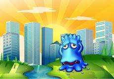 一个哀伤的妖怪在站立在流动的河附近的城市 免版税库存图片