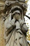 一个哀悼的雕塑的细节在一座Pere Lachaise公墓的在巴黎 库存图片