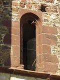 一个哥特式修道院的废墟的细节,与一个典型的哥特式窗口的砌石 图库摄影