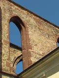 一个哥特式修道院的废墟的细节,与典型的哥特式曲拱的砌石 图库摄影