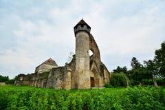 一个哥特式修道院的遗骸的看法。 免版税库存照片