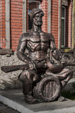 一个哥萨克人的雕象有枪的 免版税库存图片