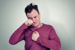一个哭泣的人的画象背景的 免版税库存照片