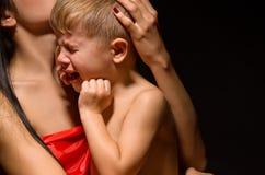 一个哭泣的孩子的画象 免版税库存照片