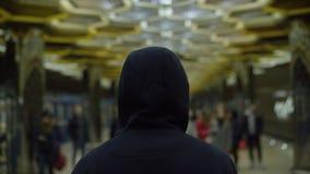 一个唯一戴头巾人的背面图地铁的 寂寞的概念 股票录像